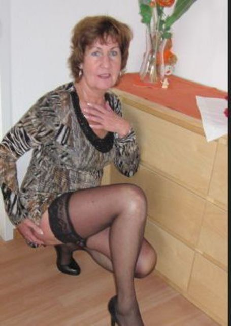 StrapsLadyX - Reife Straps-Lady sucht jüngeren Mann!